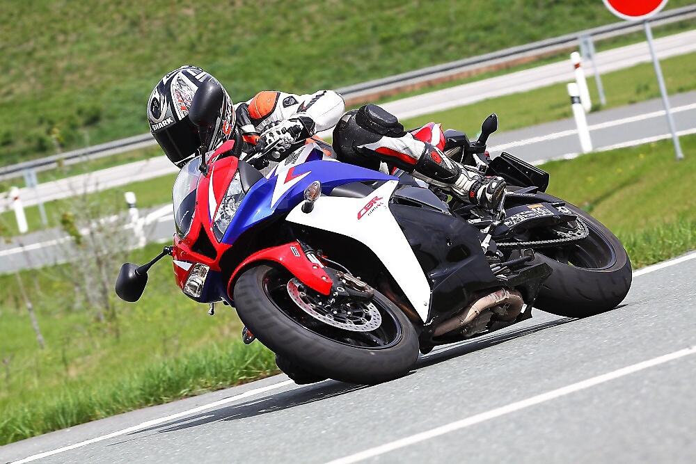Srovnání Honda CBR600RR vs  Yamaha YZF-R6 | MOTOHOUSE