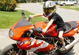 Na velkou motorku až od 24 let