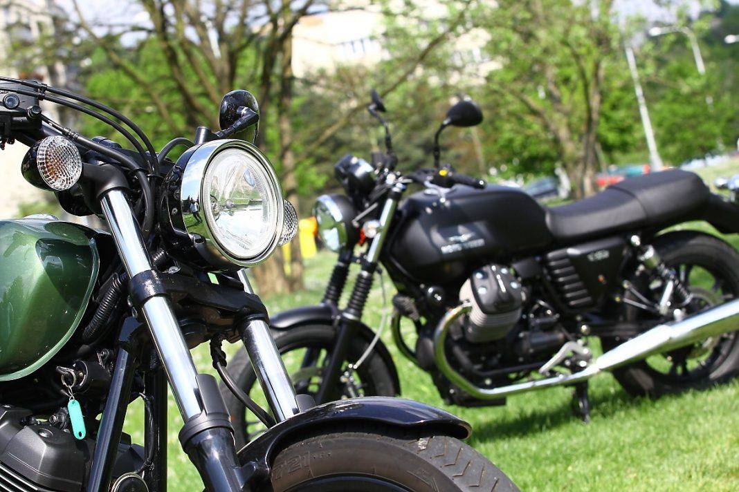 TEST: Yamaha XV950R vs. Moto Guzzi V7 Stone