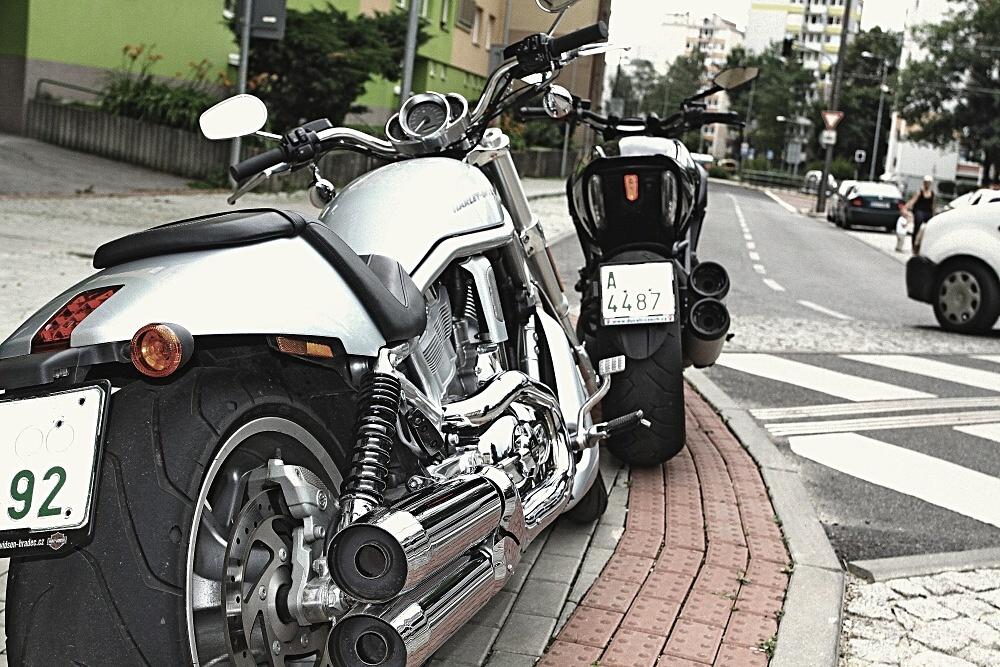 Fight: Ducati Diavel vs. Harley Davidson V-Rod