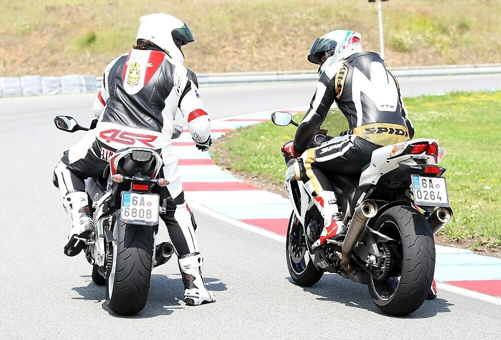 TEST: Honda Fireblade vs. Suzuki GSX-R 1000 MY2011