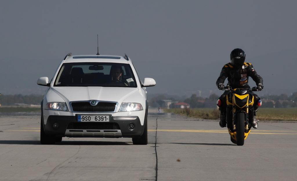Auto vs. motorka aneb Rozhovor o brzdách