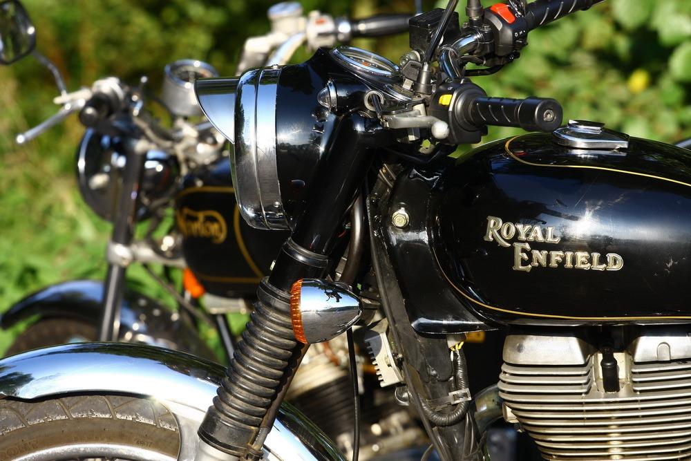 RETRO: Royal Enfiled Bullet Electra EFI  vs. Norton Commando 750