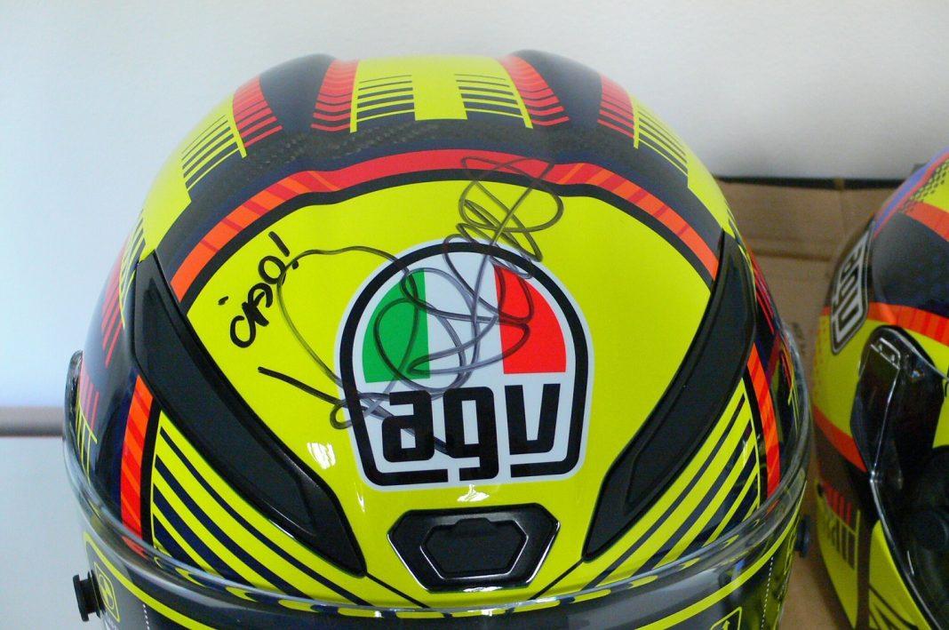 Dražba: Je možnost získat přilbu AGV s vlastnoručním podpisem Valentina Rossiho