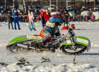 Zimní klasika: ledová plochá dráha a na bok položené motorky