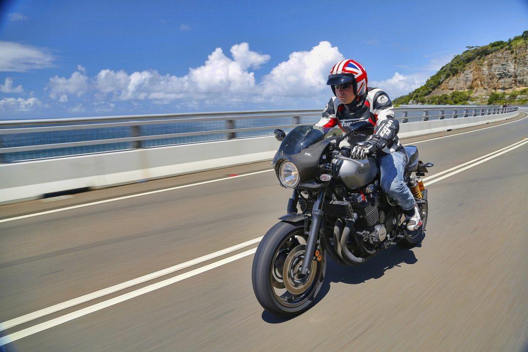 2015 Yamaha XJR1300 a XJR1300 Racer - první jízda